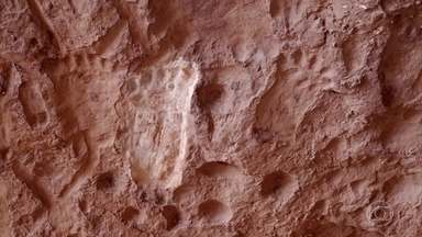 Cavernas e formações rochosas da Serra do Roncador atraem místicos - Arco de pedra é local de meditação e é um ponto de vibração cósmica. A caverna mais mítica de todas é conhecida como a Gruta dos Pezinhos, no Parque Estadual Serra Azul.