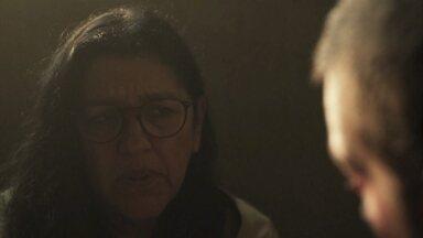 Lurdes concorda em ajudar Sandro - Ela aceita entregar chip para Marconi para salvar Sandro