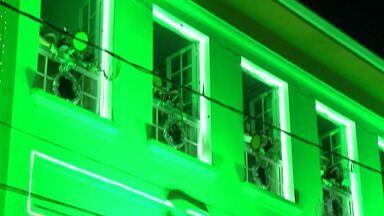 Alunos de colégio de Mogi apresentam espetáculo de Natal - Crianças cantaram nas janelas do prédio da escola neste sábado (7).
