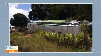 Ônibus de turistas tomba na rodovia Ilhéus-Itacaré e deixa oito passageiros feridos - Acidente acontece na manhã de domingo (8).