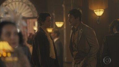 Alfredo e Adelaide trocam olhares - Adelaide conta lutar pelo voto feminino e os dois ficam mais próximos
