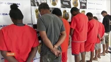 Treze pessoas são presas na Bahia acusadas de fazer parte de facção criminosa - Segundo a polícia, essas pessoas atuavam a mando de criminosos que estavam no presídio de Eunápolis e que agora foram transferidos para Salvador.