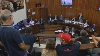 Câmara de Marília aprova aumento de salários dos vereadores da próxima legislatura - Parlamentares aprovaram o aumento de até 26% na última sessão do ano. Criação de novos cargos comissionados também foi aprovada.