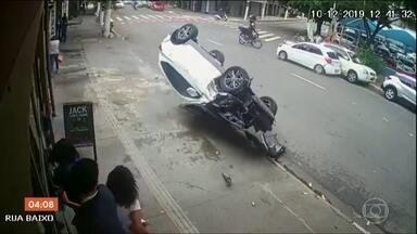 Perseguição policial acaba em acidente na zona oeste de São Paulo - Pessoas que viram a ação ficaram assustadas com os bandidos. Câmeras de segurança registraram a perseguição.