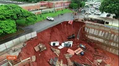 Cratera de dez metros engole quatro carros no DF - Ninguém se feriu. Chovia muito na hora do acidente.
