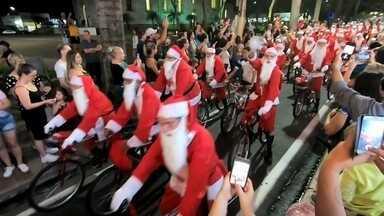 Ciclistas percorrem ruas fantasiados de papai Noel em Catanduva - Um grupo de ciclistas chamou a atenção pelas ruas de Catanduva (SP). Todos fantasiados de Papai Noel saíram de bicicleta para um passeio pela cidade.