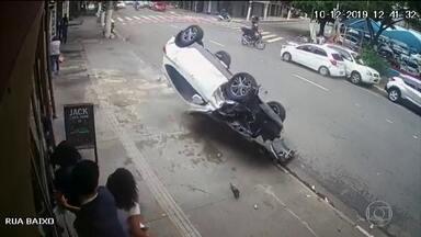 Perseguição policial provoca acidente em uma das principais avenidas de São Paulo - Tudo foi filmado por câmeras de segurança e por motoristas que passavam na hora. Os ladrões foram presos com a ajuda dos pedestres.