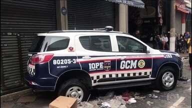Polícia faz operação de combate à pirataria em comércio popular de São Paulo - Operação é feita em conjunto com a Guarda Civil Metropolitana, fiscais da prefeitura e agentes da Receita Federal.