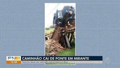 Acidentes de trânsito chamam a atenção na região de Presidente Prudente - Em um dos casos, um caminhão despencou de uma ponte de madeira, em Mirante do Paranapanema.