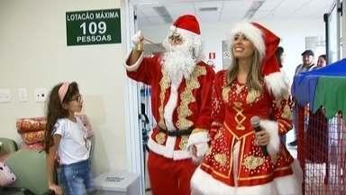 Crianças e adolescentes que fazem tratamento oncológico recebem Natal antecipado - Crianças e adolescentes que fazem tratamento contra o câncer no Hospital da Criança em São José do Rio Preto (SP) tiveram uma manhã diferente nesta quarta-feira (11). Eles receberam visitas especiais para comemorar o Natal.
