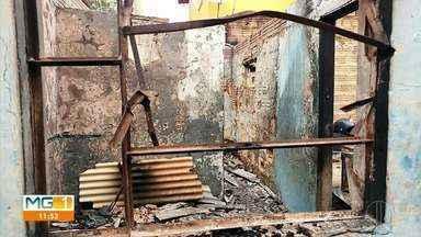 Barracão é destruído pelo fogo em Montes Claros - Defesa Civil faz vistoria no imóvel e interdita o local.