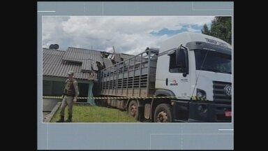 Caminhão sem freio invade casa em São Miguel do Oeste - Caminhão sem freio invade casa em São Miguel do Oeste