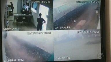 Circuito de segurança flagra destelhamento de base da PM durante temporal em Boituva - O circuito de segurança da base da Polícia Militar de Boituva (SP) flagrou o momento em que o prédio foi destelhado durante um temporal na segunda-feira (9).