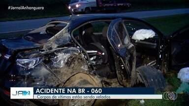 Corpos de vítimas de acidente na BR-060 são velados em Goiás - Dois homens morreram depois de serem atropelados na rodovia.