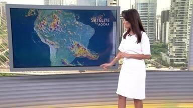 Veja a previsão do tempo para esta quinta-feira (12) em todo o país - Nesta quinta-feira (12), tem risco de temporal no Sul do país por causa da passagem de uma frente fria. Sudeste do Brasil também com previsão de chuva forte. Veja a temperatura em outras regiões.