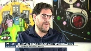 Funcionários da Alesp vão receber bônus de fim de ano;Transparência Brasil critica - Os servidores da Assembleia Legislativa do estado vão receber um bônus de mais de R$ 3 mil e vale apenas para quem é funcionário e não para os deputados.