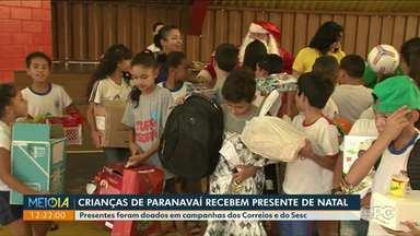 Papai Noel faz visita a crianças e entrega presentes em Paranavaí - Presentes foram doados em campanhas dos Correios e do Sesc.