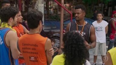 Ramon comunica a todos do time de basquete que Gabriela não pode receber visitar - undefined