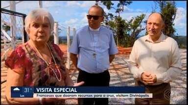 Fiéis da França visitam obras da 'Cruz de Todos os Povos' em Divinópolis - Elas fizeram doações para a construção do monumento e acreditam que ele será referência no mundo.