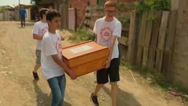 Alunos de escola de Porto Alegre desenvolvem forno que funciona com a luz do sol - Fornos foram entregados para famílias pobres de comunidade perto da escola.