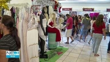 Bazar oferece produtos com descontos de até 80% - A entrada custa R$ 5 ou 1 quilo de alimento não perecível.
