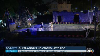 Quebra-nozes no Centro Histórico - Bailarinos usam as Ruínas do São Francisco como palco.