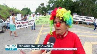 Moradores de distritos de Barra do Piraí fazem manifestação na Rodovia Lúcio Meira - Eles protestaram contra decisão judicial que determinou a volta da cobrança do pedágio para quem tem carro emplacado na cidade.