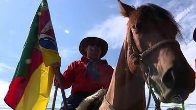 Cavalgadas do Bem arrecadam toneladas de alimentos em todo RS - Veja como foram as doações por todo estado gaúcho.