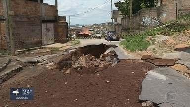 Bombeiros encontram corpo do homem que desapareceu durante temporal em Ibirité - O Corpo de Bombeiros encontrou na tarde deste sábado o corpo de Gisley de Oliveira, de 37 anos, que desapareceu durante a chuva desta sexta-feira (13) que atingiu Ibirité, na Região Metropolitana de Belo Horizonte.