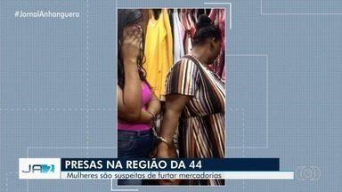 Duas mulheres são presas suspeitas de furtar uma loja na Região da 44, em Goiânia - Elas foram levadas para a delegacia para prestar esclarecimentos.