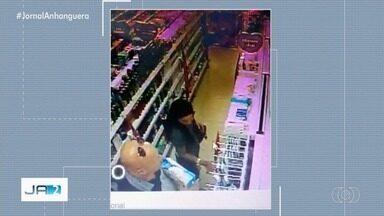 Casal é flagrado furtando produtos de farmácia, em Goiânia - Caso aconteceu no Jardim Guanabara e foi filmado por câmera de segurança. Dono da farmácia não registrou o caso na polícia.