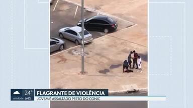 Flagrante de violência: jovem é assaltado próximo ao Conic - O rapaz, de vermelho, estava com um amigo quando foi abordado e teve o celular roubado.