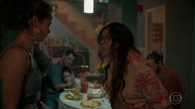 Lurdes se desentende com Érica e acaba expulsando a filha de casa - Clima fica pesado e Ryan tranquiliza Sandro