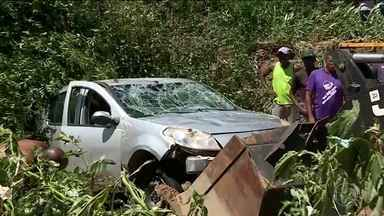Chuva causa morte em Ibirité, região metropolitana de Belo Horizonte - Bombeiros encontraram o corpo de uma mulher de 37 anos dentro de um carro que foi arrastado pela enxurrada para dentro de um córrego que transbordou.