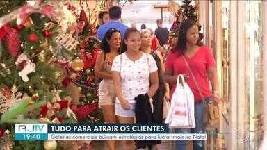 Galerias comerciais de Resende buscam estratégias para lucrar mais no Natal - A pouco mais de uma semana para o Natal, tem muito consumidor aproveitando a folga do fim de semana para fazer compras.
