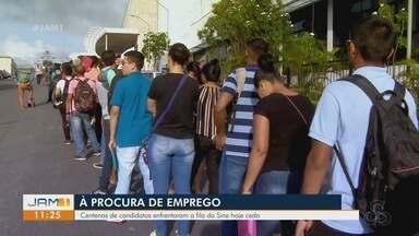 Centenas de pessoas formam fila para seleção de vagas de emprego do Sine, em Manaus - Mais de 300 vagas estavam sendo ofertadas.