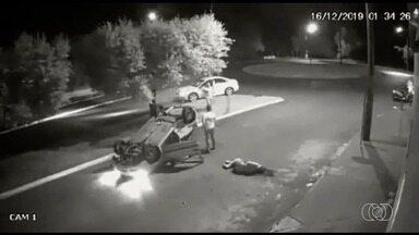 Vídeo mostra carro capotando após acidente em Santa Helena de Goiás - Durante acidente, uma mulher cai do banco do passageiro. Ela tenta ficar de pé, mas acaba caindo novamente no asfalto.