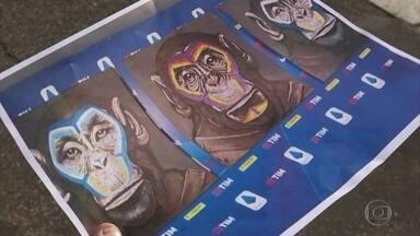 Campanha contra racismo no futebol italiano é acusada de racista - Liga da Série A usou pintura de 3 macacos para denunciar o racismo em estádios. Artista diz que queria dizer que somos todos macacos.