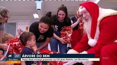 Árvore do Bem: Papai Noel entrega presentes no CEI Arão Rebelo - Árvore do Bem: Papai Noel entrega presentes no CEI Arão Rebelo
