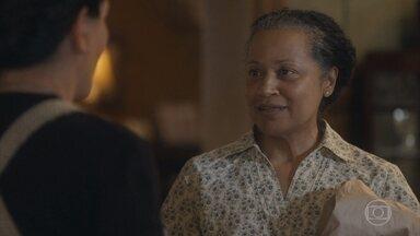 Durvalina presenteia a família de Lola - Ela aceita trabalhar com Afonso e decide fazer uma surpresa de despedida para a família
