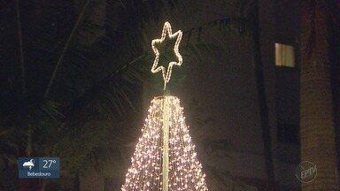 Decoração de Natal da Avenida João Fiúsa em Ribeirão Preto, SP - Prédios e apartamentos iluminados.