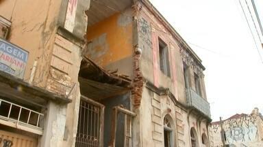 Câmera de segurança registra momento em que parte de prédio histórico desaba em Bauru - Desabamento aconteceu na manhã desta terça-feira (17), na quadra 2 da Rodrigues Alves; ninguém ficou ferido.
