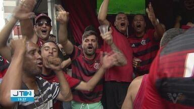 Torcedores param rotina para assistir jogo do Flamengo na semifinal do Mundial de Clubes - Torcedores fizeram a festa em São Vicente com vitória do rubro-negro.
