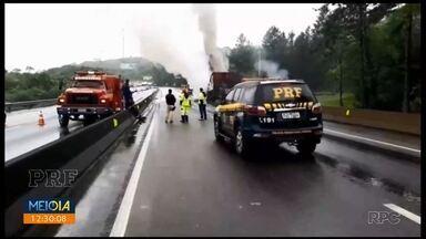 Princípio de incêndio em caminhão bloqueia a BR-376 - Ninguém ficou ferido, segundo a PRF.