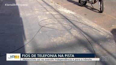 Motociclista cai na Avenida Independência e para trânsito, em Goiânia - Fios de telefonia soltos na pista seria a causa do acidente.