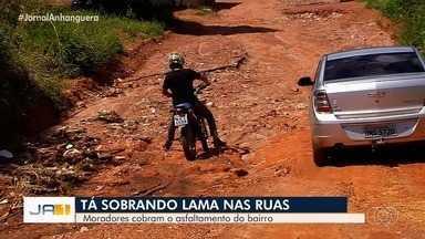 Moradores do Moradora dos Pássaros pedem asfalto no bairro - Lama está impedindo moradores de tirarem os carros da garagem.