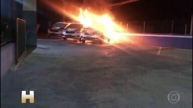 Polícia procura criminosos que atearam fogo em viaturas - Três carros da GCM de Santana de Parnaíba, na Grande SP, foram incendiados