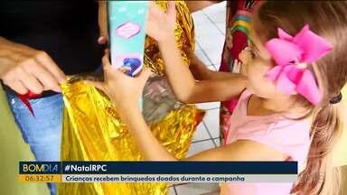 Crianças receberam presentes doados para a Campanha de Natal da RPC e Sesc - Mais de 30 mil brinquedos foram doados.