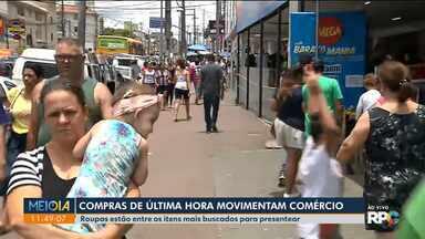 Consumidores buscam comércio de rua para compras de última hora - No Sítio Cercado lojas estavam lotadas por quem deixou pra véspera de Natal.