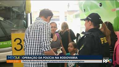 Polícia Rodoviária Federal orienta passageiros na rodoferroviária de Curitiba - Operação foi na manhã de terça-feira (24), véspera de Natal.